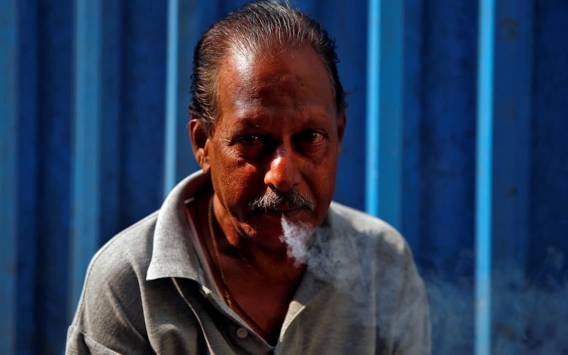 Homem fuma cigarro em Mumbai, na Índia, em janeiro de 2018