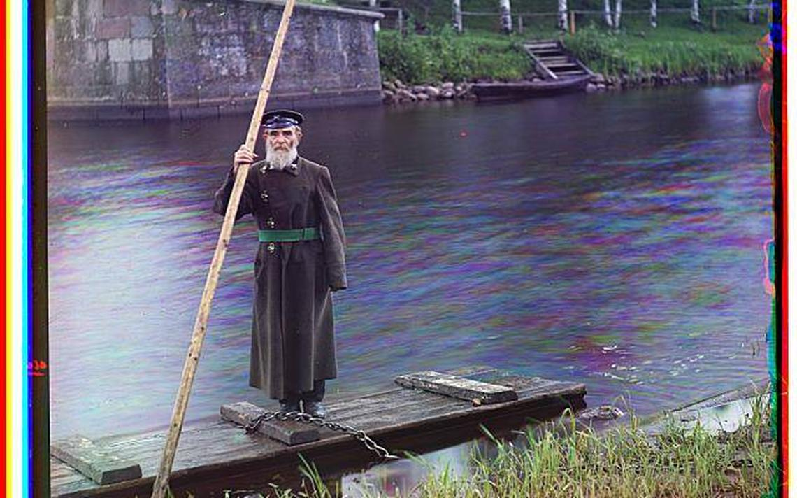 Homem idoso próximo a rio