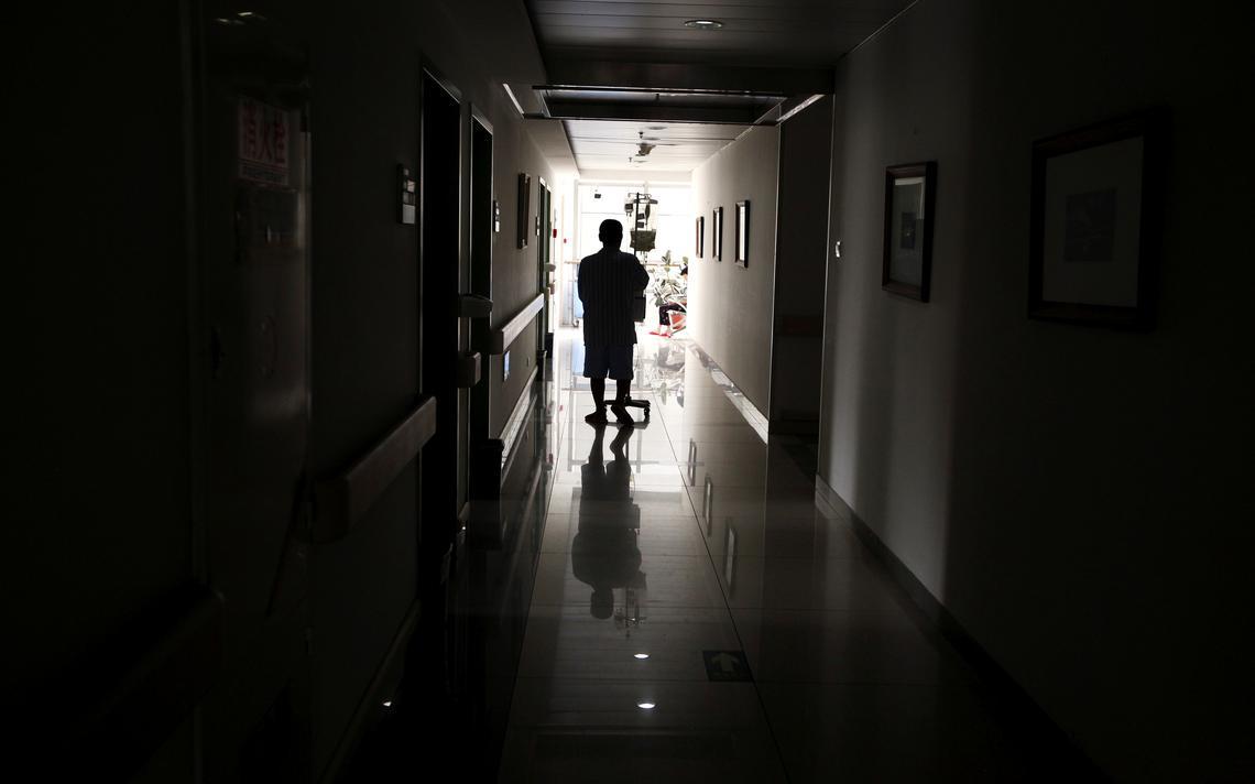 Paciente caminha em hospital de tratamento de câncer na China