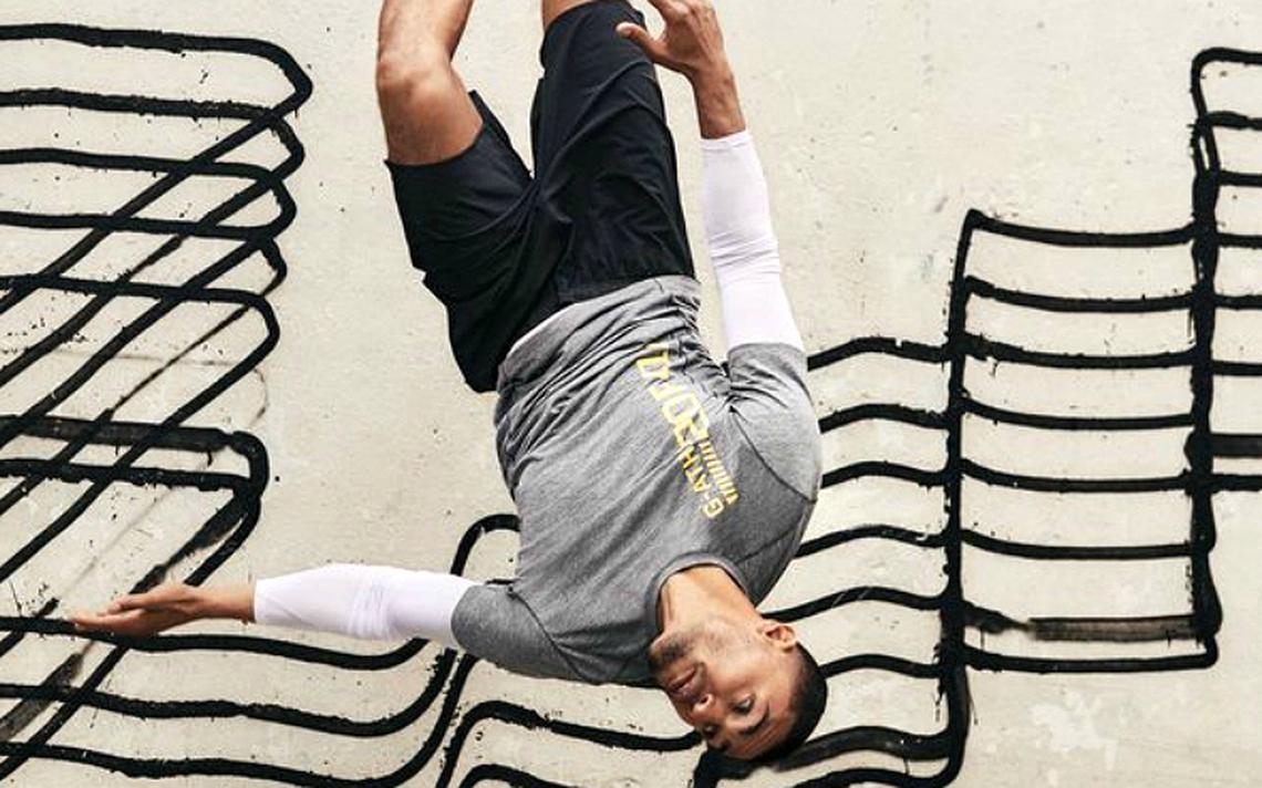 Imagem da campanha H&M com grafite do artistas 'Revok' ao fundo