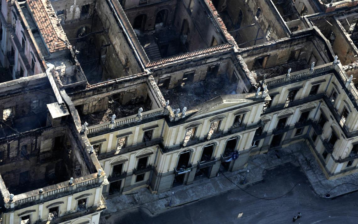 Incêndio consumiu todo o edifício tombado que abrigava o Museu Nacional e seu acervo