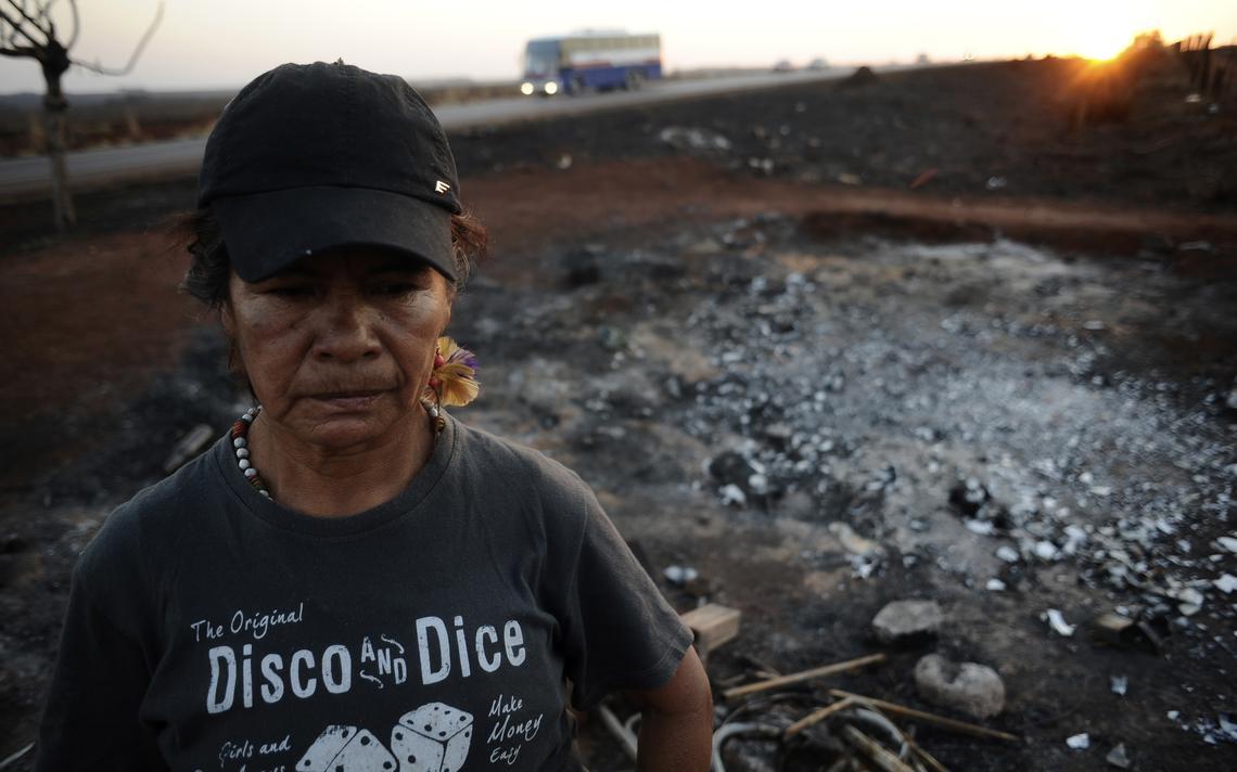 Guarani-kaiowá Damiana Cavanha em frente a barraca incendiada, em acampamento na BR 463 que reivindica a terra tradicional Tekoha Apika, em 2013
