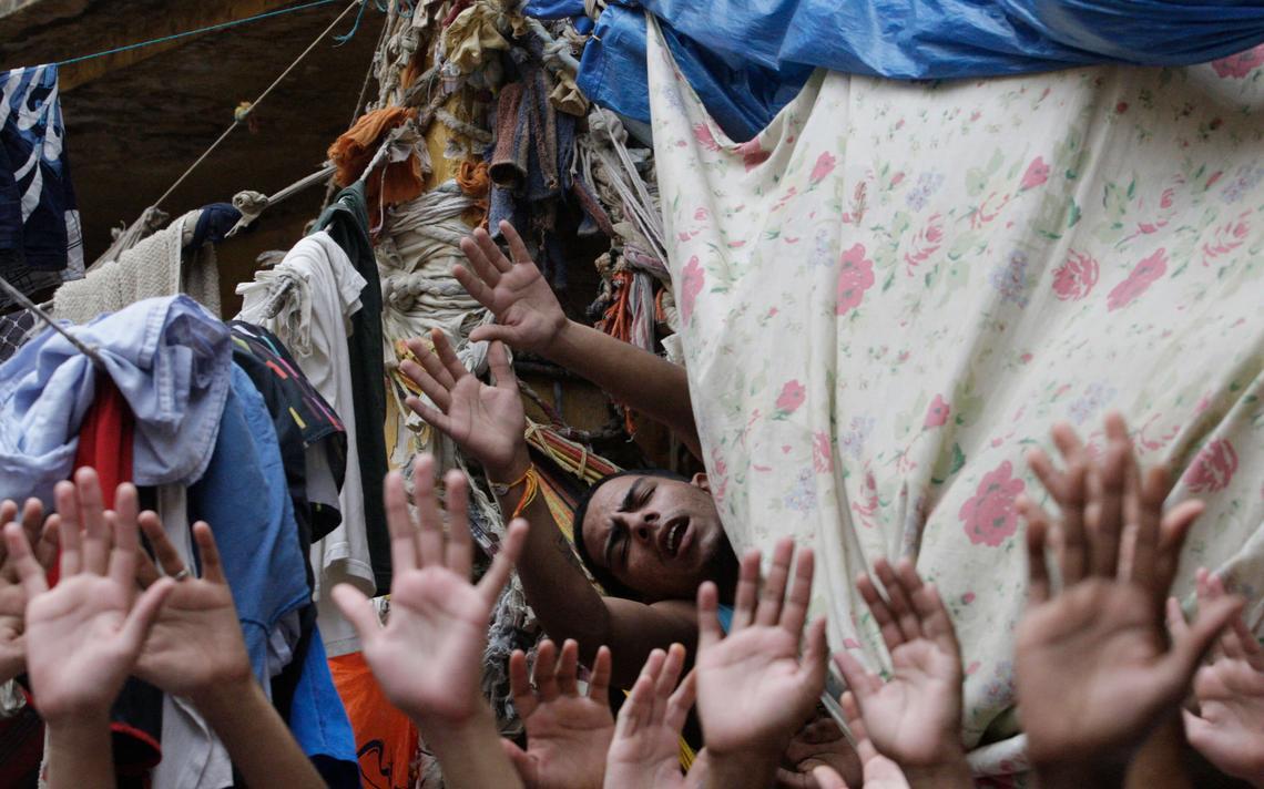 Prisioneiros em culto evangélico em 2009 em Nova Iguaçu, no Rio de Janeiro