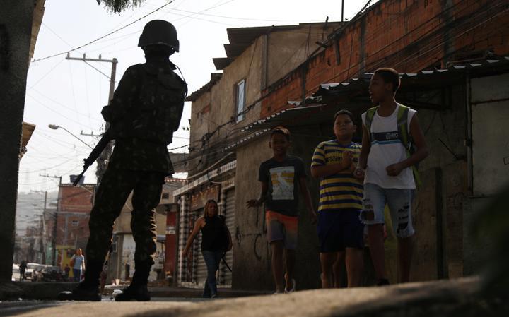 Soldado realiza patrulha no Complexo do Alemão, no Rio de Janeiro, em agosto de 2018