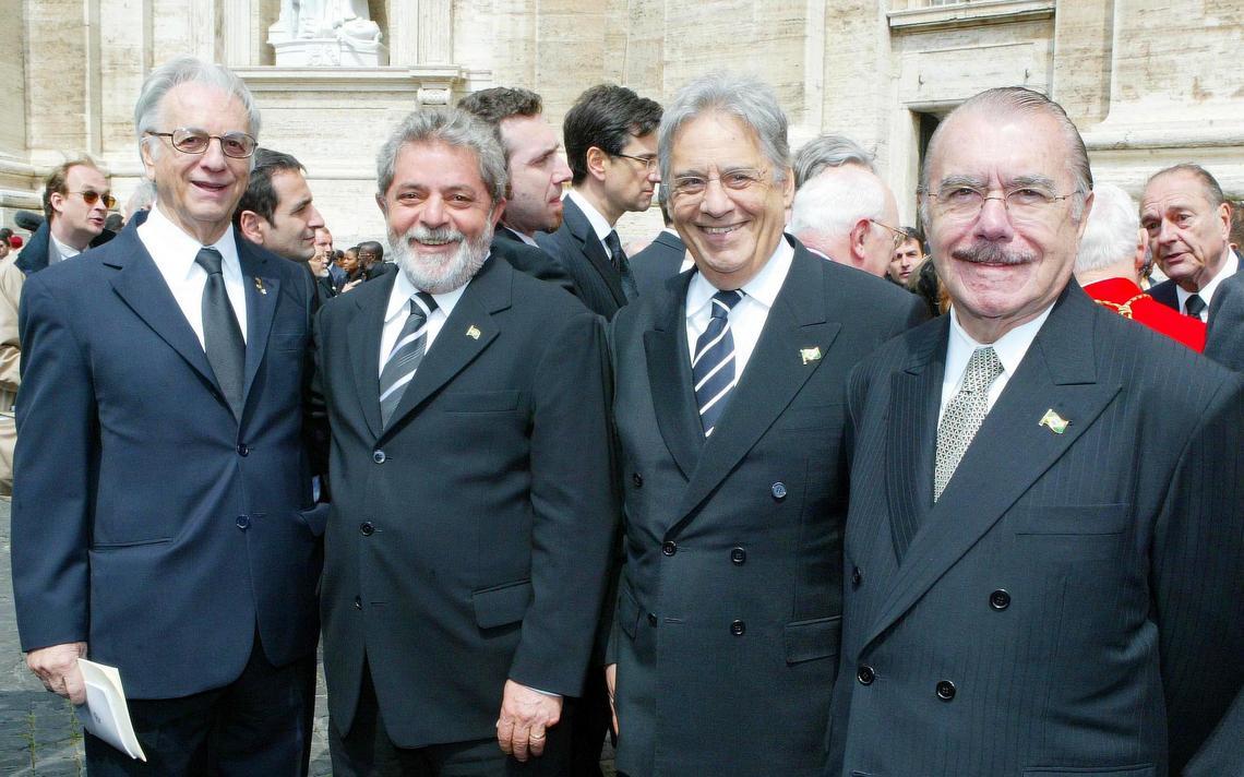 Itamar, Lula, FHC e Sarney posam para foto lado a lado. Atrás, autoridades estrangeiras e monumentos do Vaticano.