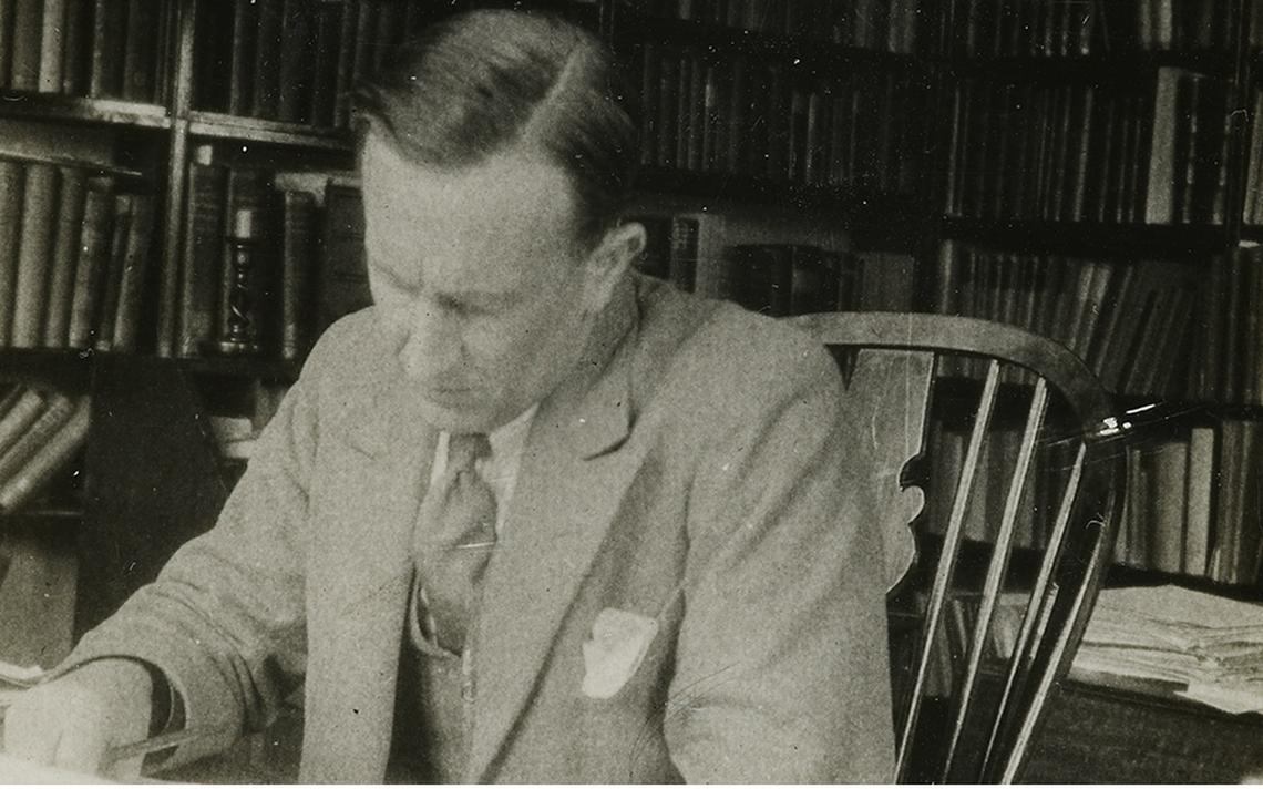 J.R.R Tolkien trabalhando em sua sala em Oxford