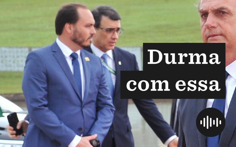 Jair Bolsonaro e Carlos Bolsonaro ao fundo, de terno azul