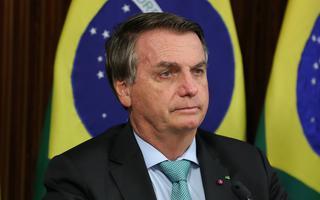 Bolsonaro diante de bandeiras brasileiras em seu pronunciamento por teleconferência na cúpula do clima promovida pelos EUA