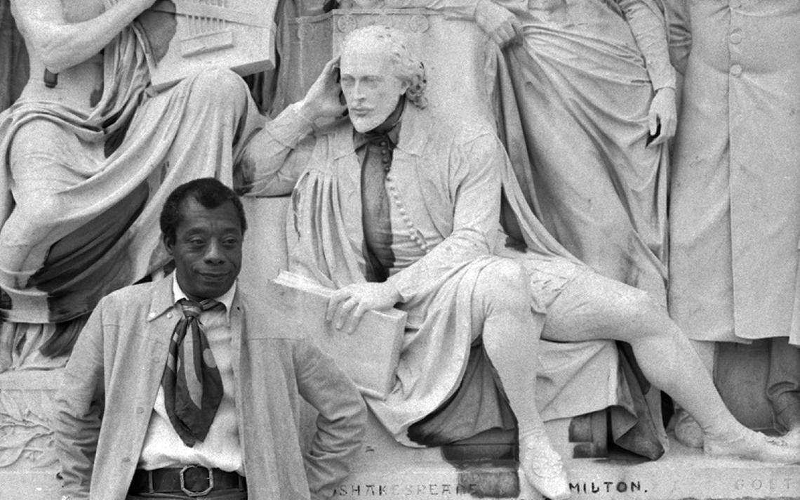 James Baldwin no Albert Memorial ao lado da estátua de Shakespeare, em Londres, em 1969