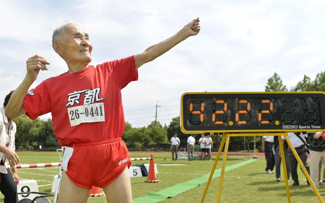 Japonês Hidekichi Miyazaki, de 105 anos, posa em frente seu recorde nos 100 metros rasos, em 2015