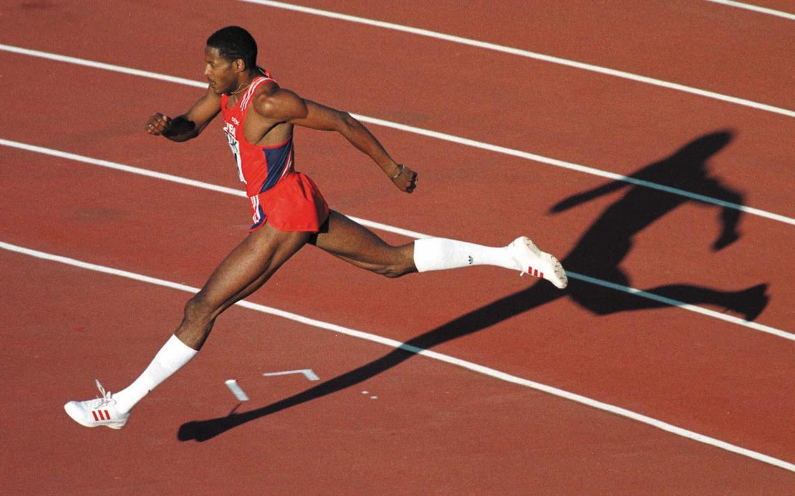 Cubano Javier Sotomayor corre, na preparação para saltar o sarrafo em uma competição de salto em altura.