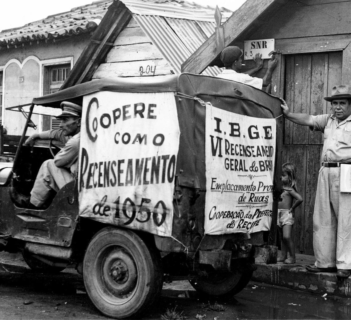 Jeep da prefeitura municipal de Recife promovendo o emplacamento de ruas e domicílios para o censo de 1950