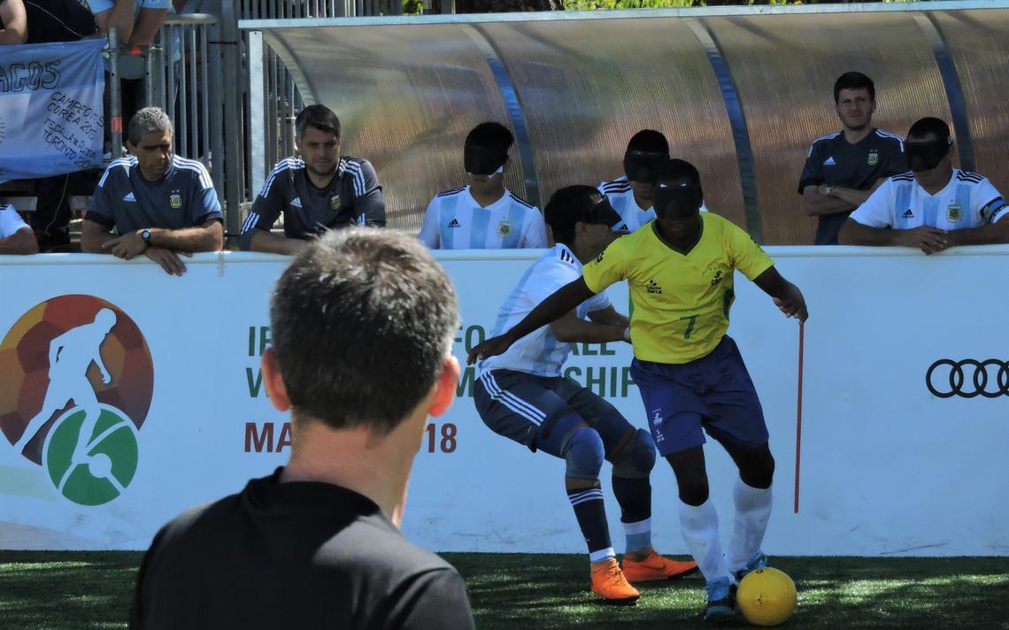 Jefinho, ala ofensivo da seleção brasileira, durante a partida contra a Argentina, na final do mundial de futebol de 5