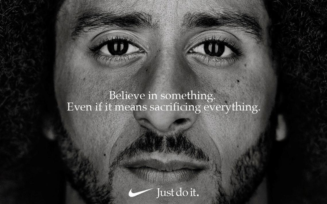 Jogador Colin Kaepernick em campanha da marca Nike