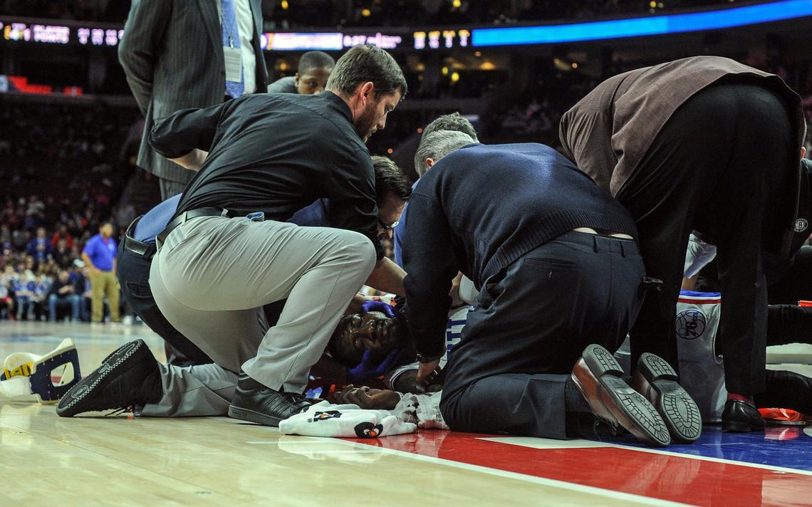 O jogador Robert Covington, 33, do Philadephia 76ers, estirado no chão após sofrer lesão em jogo da NBA