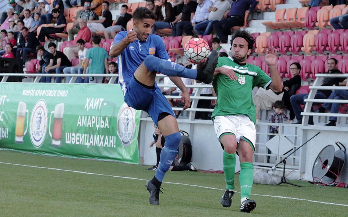 Jogadores das seleções de Panjab e Abecásia disputam a bola durante a final da Copa ConIFA 2016
