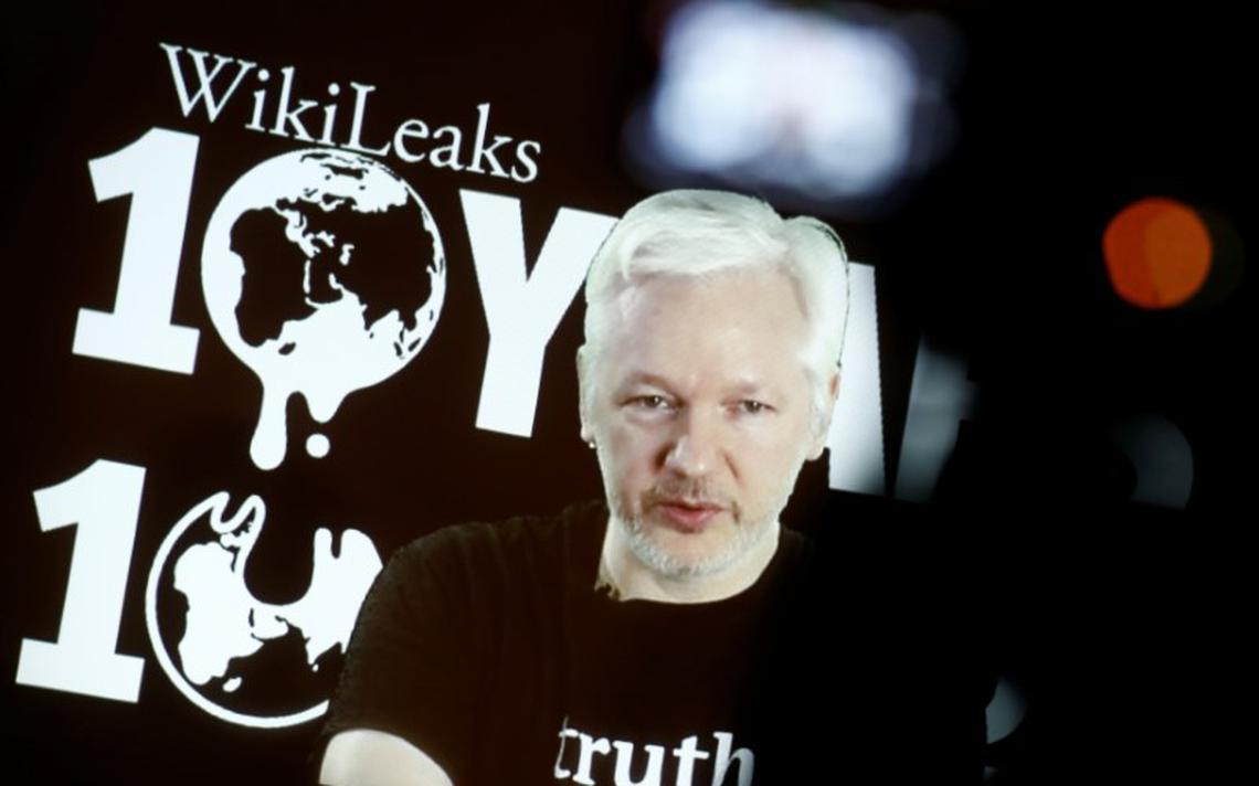 O Fundador do WikiLeaks Julian Assange, durante uma coletiva de imprensa on-line após o aniversário de dez anos do site, em Berlim