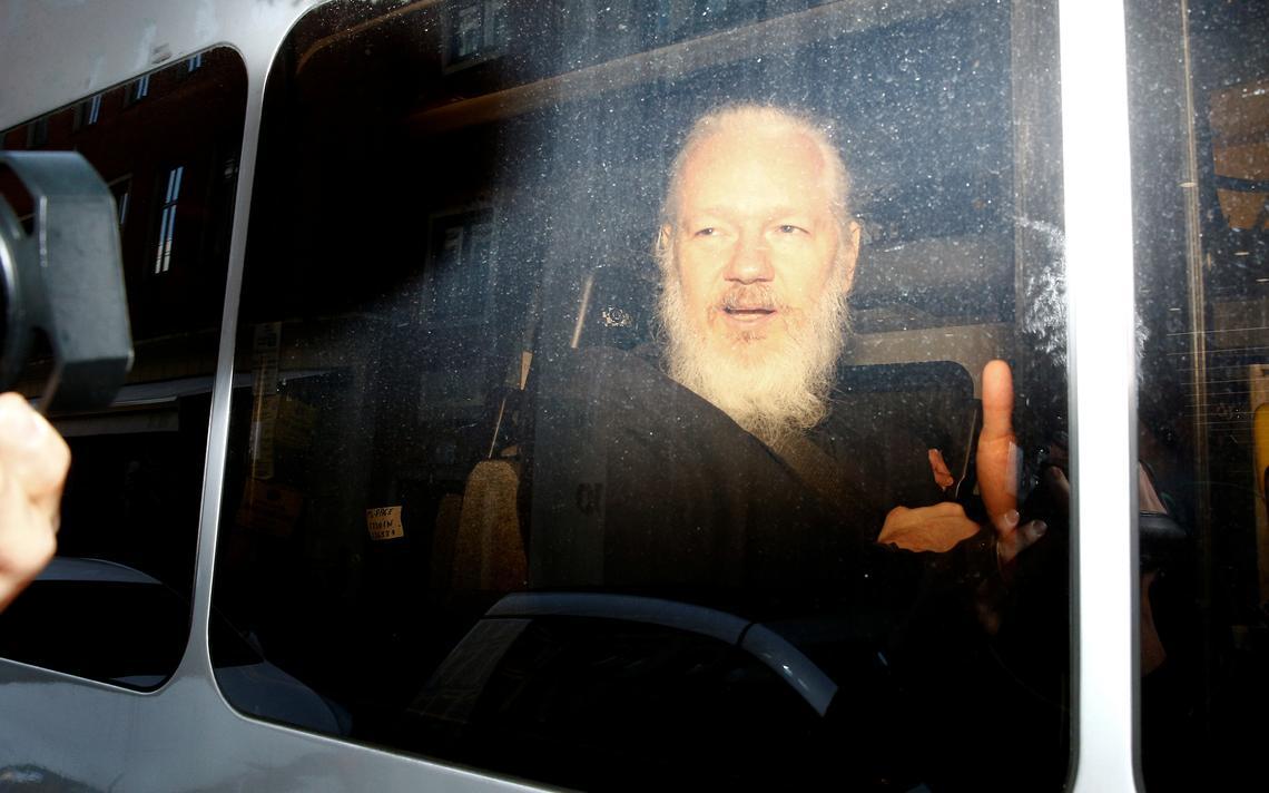 Assange fotografado dentro de van da polícia britânica.