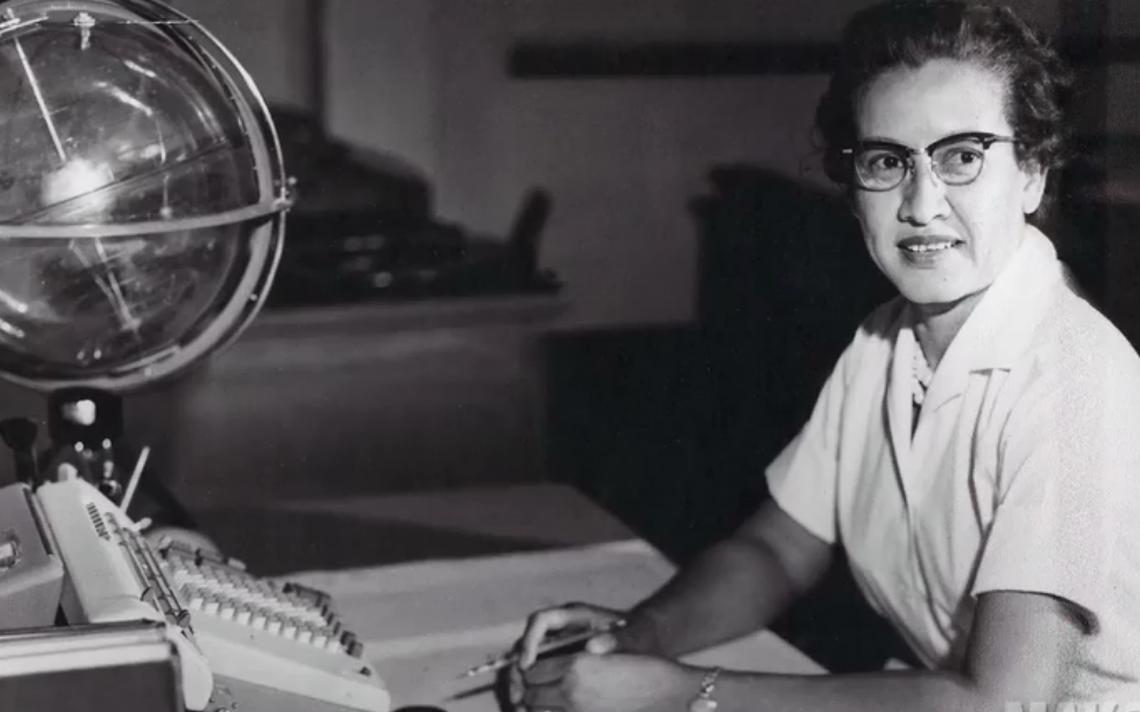 Katherine Johnson em sua mesa com um globo
