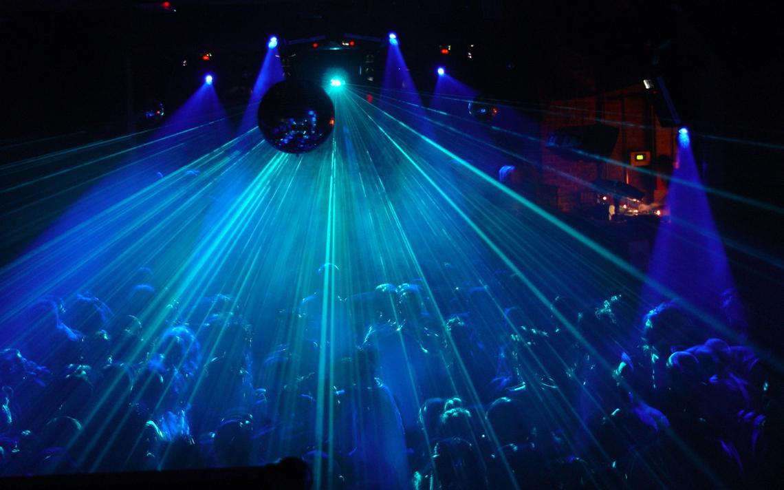 Lasers na casa noturna Fabric, na região metropolitana de Londres