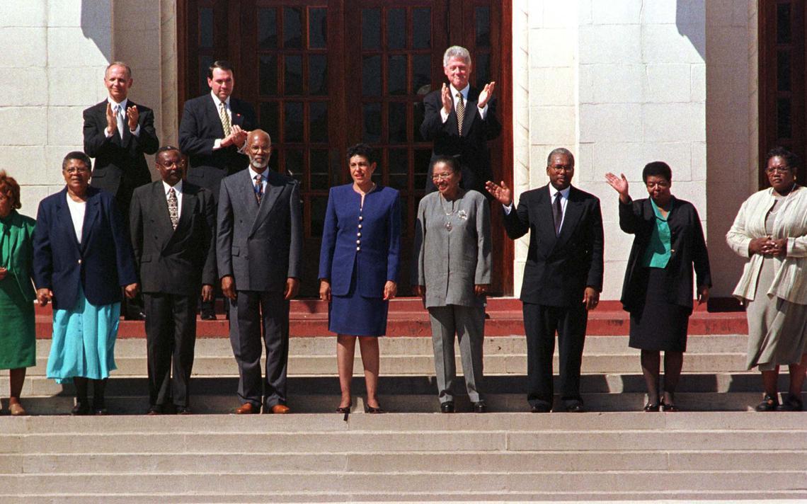 Os nove primeiros estudantes negros do colégio Central High, de Little Rock comemorando 40 anos do evento, em 1997