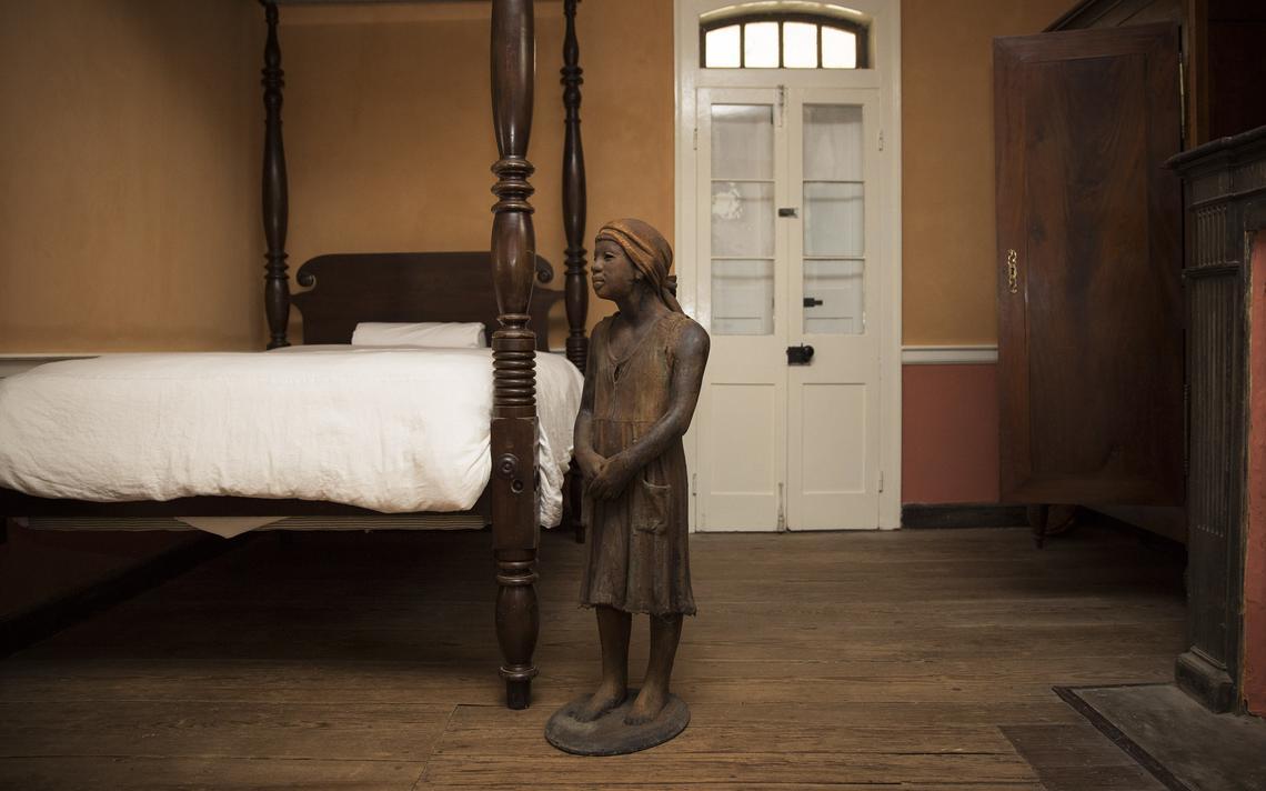 Imagem de estátua de criança escravizada na casa grande do museu da fazenda Whitney, em Wallace, na Louisiana, em 2015