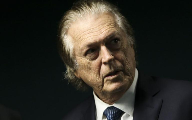 Luciano Bivar olha para o lado com semblante sério e de concentração.