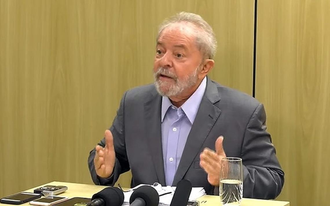 Lula dá entrevista na Superintendência da Polícia Federal, onde está preso