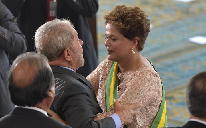 Lula cumprimenta a presidente Dilma Rousseff na cerimônia de posse de seu segundo mandato