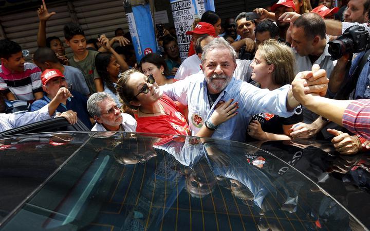 Lula cercado por eleitores no Rio