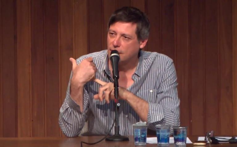 O professor da USP Marcos Roberto Flamínio dá aula sobre 'Iracema', de José de Alencar, em setembro de 2017