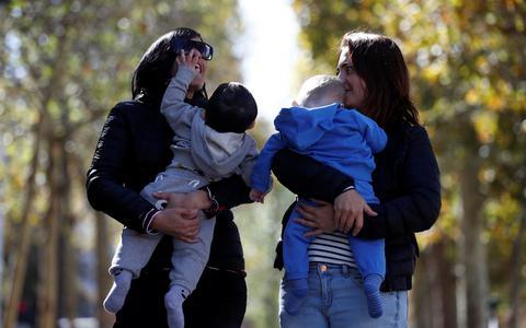 França aprova fertilização in vitro para solteiras e lésbicas