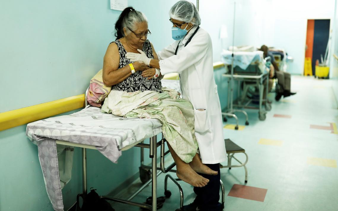 Médica monitora paciente em um hospital público de Boa Vista, em Roraima