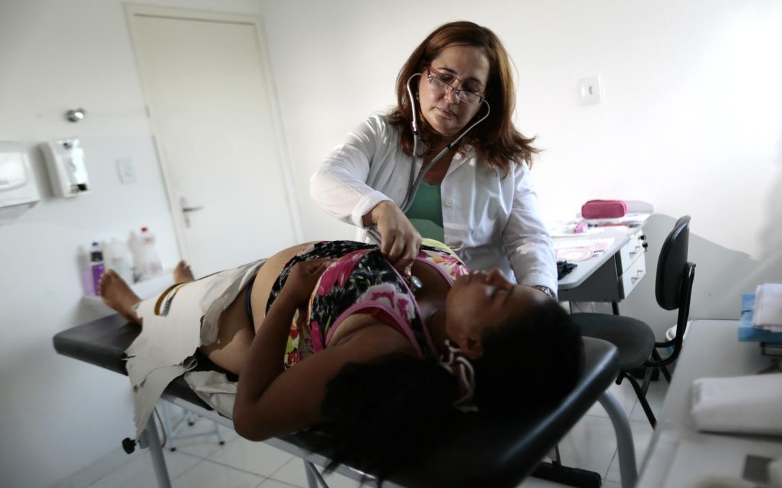 Médica cubana faz atendimento em cidade no interior da Bahia, em 2013