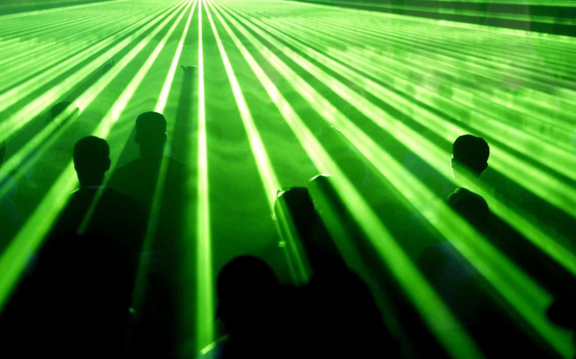 Pessoas dançam em festival de música eletrônica