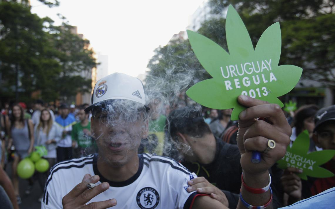 Manifestante do 'Último protesto com a maconha ilegal', em 2013, no Uruguai