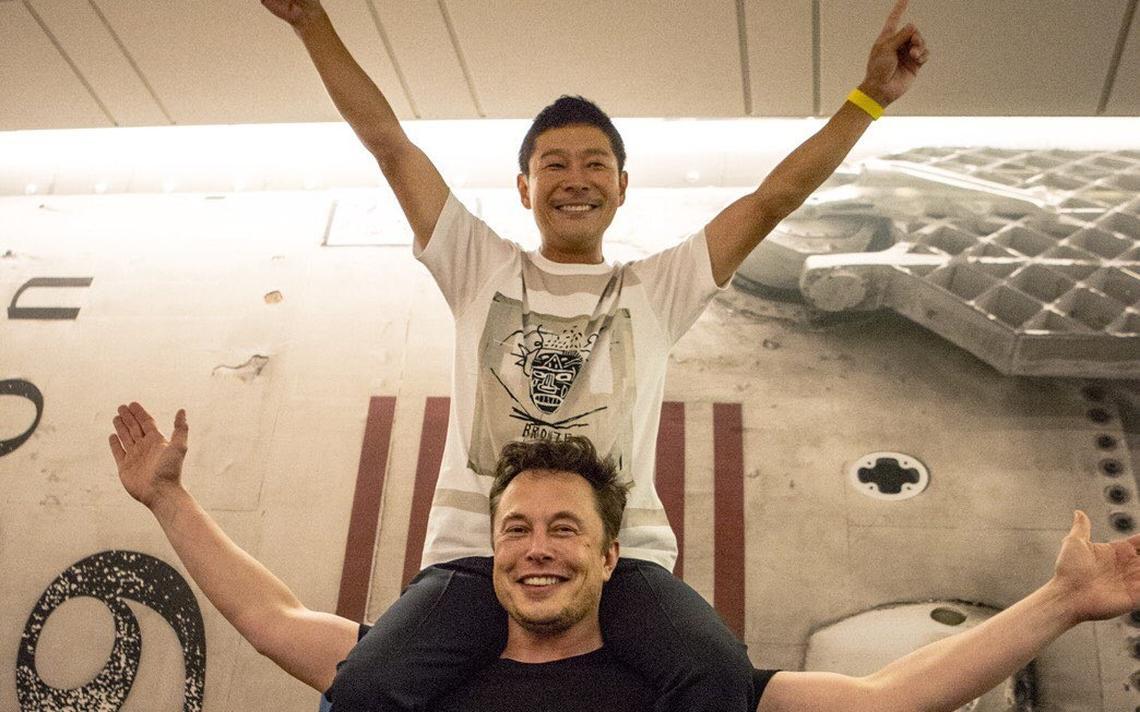 Musk carrega Maezawa no ombro após anúncio