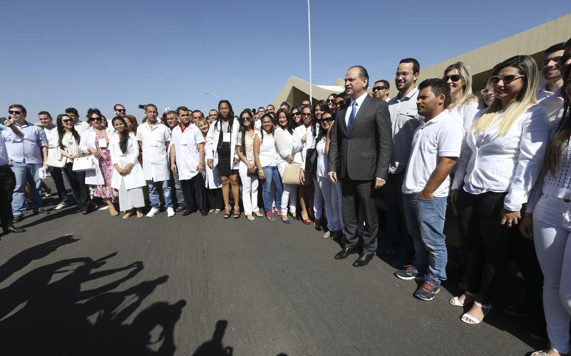 O então ministro da Saúde Ricardo Barros recebe médicos cubanos e brasileiros no Mais Médicos, em Brasília, em 2016