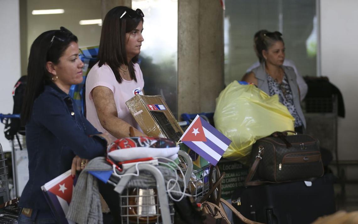 Profissionais cubanos que atuavam no programa Mais Médicos embarcam no Aeroporto Internacional de Brasília rumo a Havana