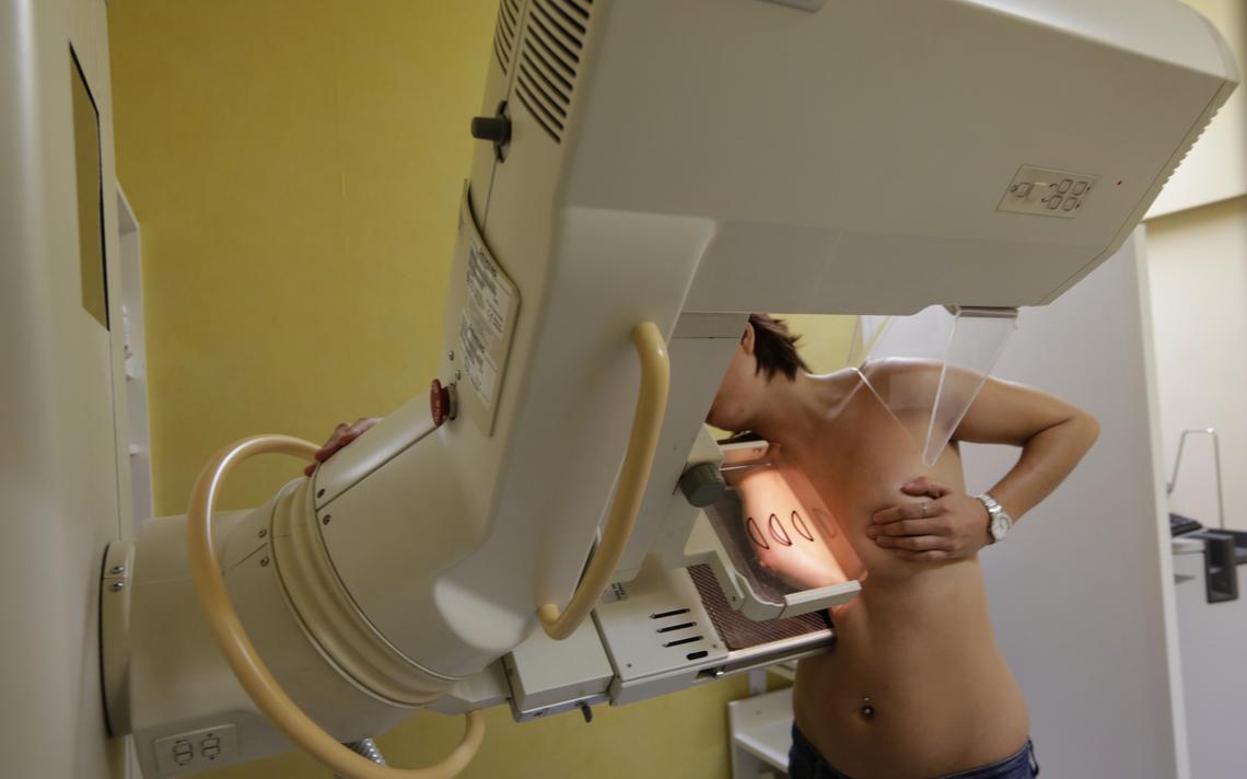 Mulher realiza mamografia em exame de rotina, em Nice, na França, em 2012
