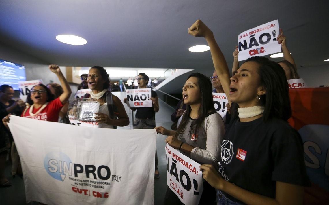 Manifestantes contra o projeto de lei que incorpora plataforma do Escola sem Partido protestam na Câmara, em novembro de 2018