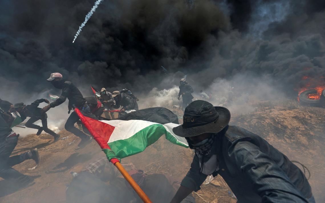Manifestantes palestinos correm de ataques israelenses na Faixa de Gaza