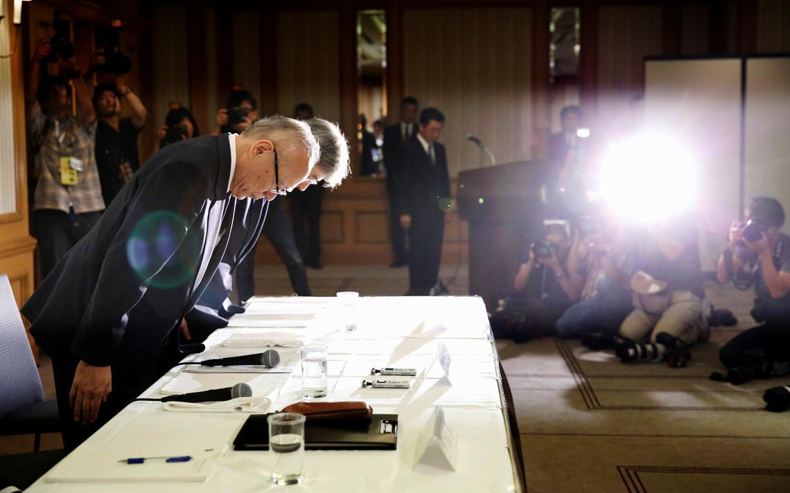 O diretor da Universidade Médica de Tóquio, Tetsuo Yukioka, e o vice-presidente, Keisuke Miyazawa, se curvam em coletiva em agosto de 2018, após revelações de manipulação contra mulheres