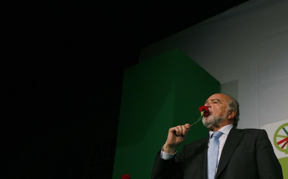 Manuel Alegre, além de poeta, é conhecido em Portugal pela carreira política