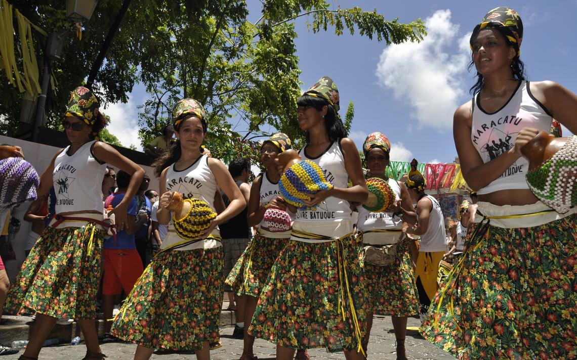 Mulheres de um bloco de maracatu tocam abê (instrumento de percussão de contas sobre uma cabaça) durante o Carnaval de Olinda.