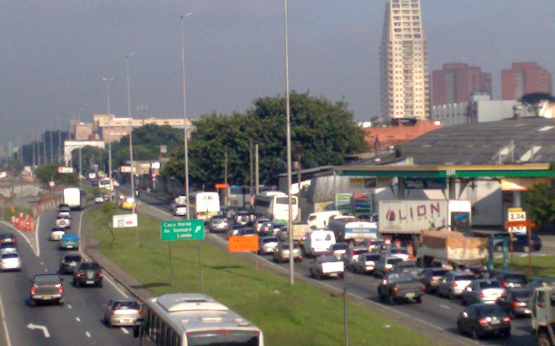 Trânsito na marginal Tietê. Para especialistas, medidas aumentam perigo na via