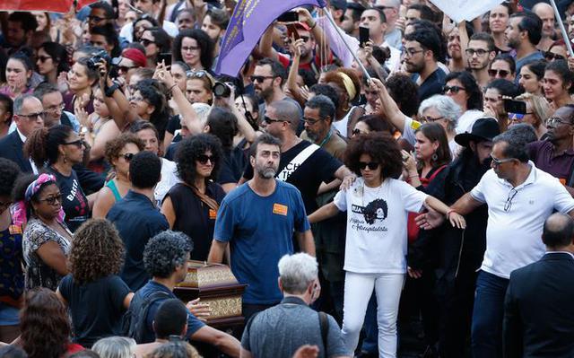 Caixão de Marielle Franco chega à Câmara Municipal do Rio, carregado pelo deputado estadual Marcelo Freixo, entre outros