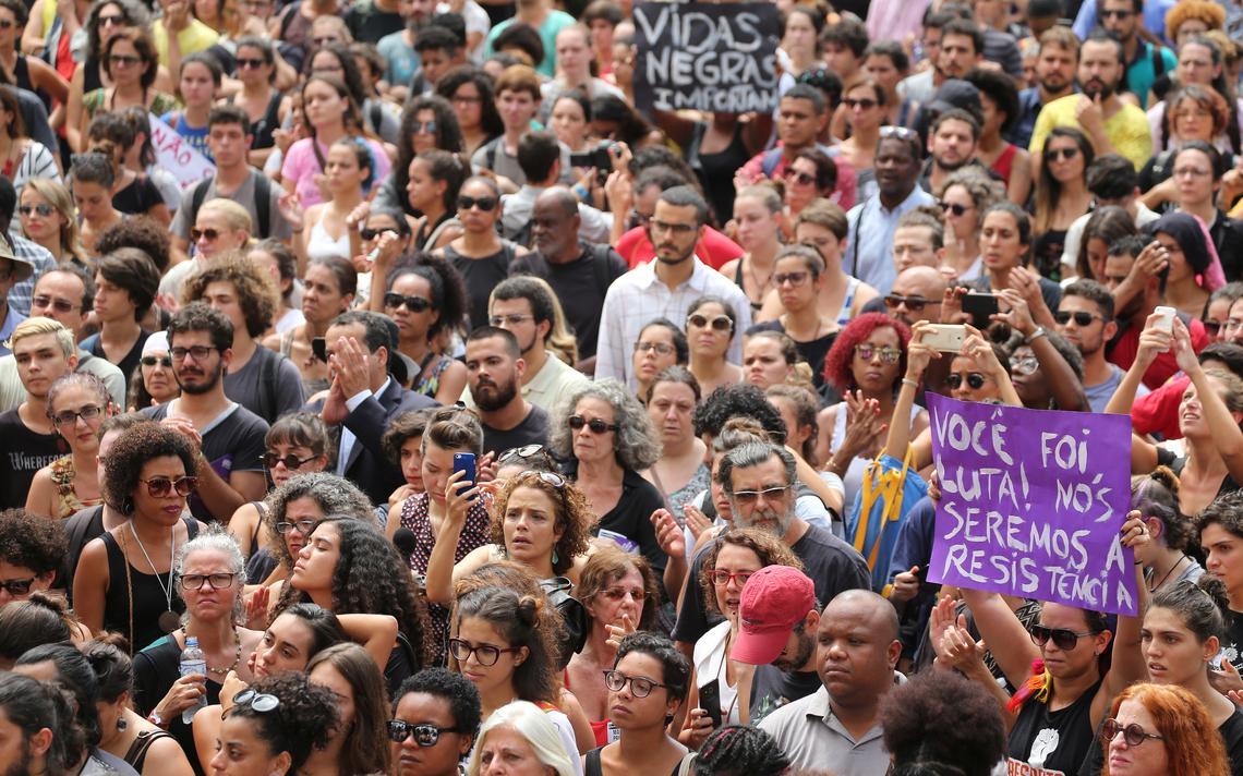 Manifestantes protestam próximo a velório de Marielle Franco