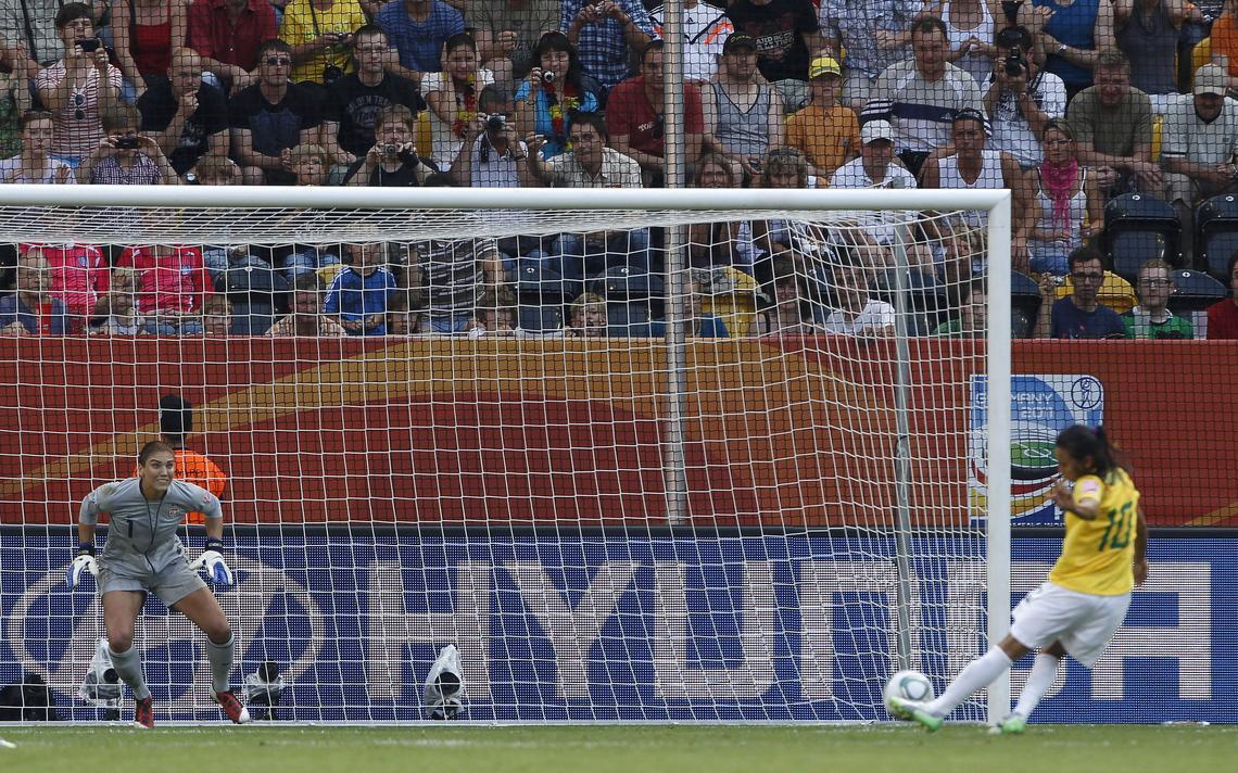 A jogadora brasileira Marta chuta ao gol contra Hope Solo, dos EUA