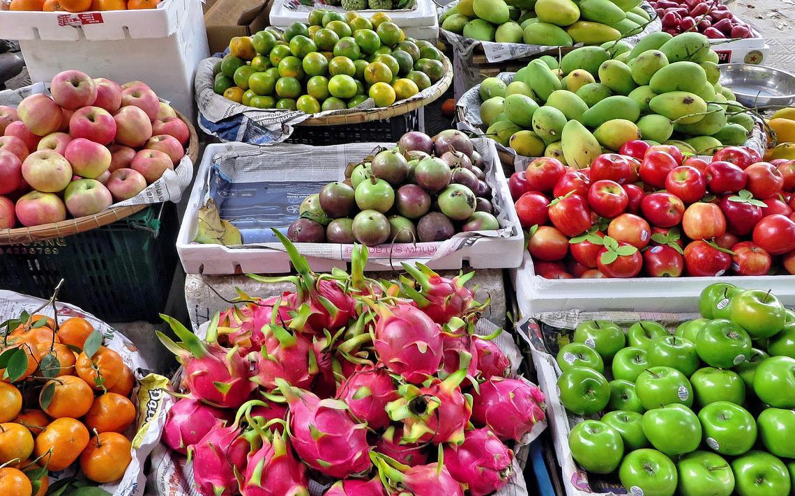 Mercado de frutas e legumes no Vietnã.